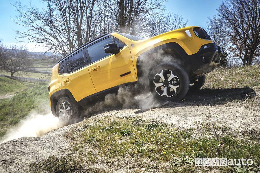 Jeep Renegade Trailhawk in off road su una salita