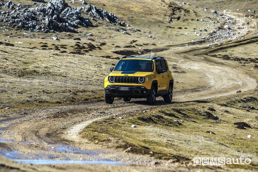Vista anteriore Jeep Renegade Trailhawk sullo sterrato