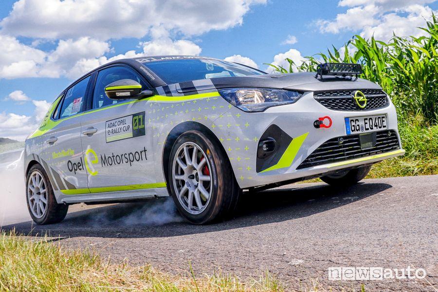 Vista di profilo Opel Corsa-e Rally in azione