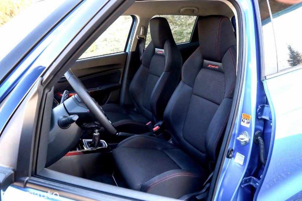 L'abitacolo è molto accogliente ed i sedili sono ben avvolgenti e comodi Suzuki Swift Sport Hybrid 2021