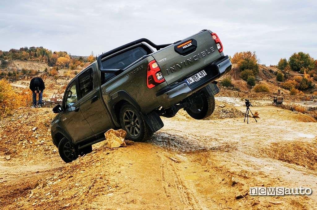 Toyota Hilux 2021 in off-road, la prova del twist