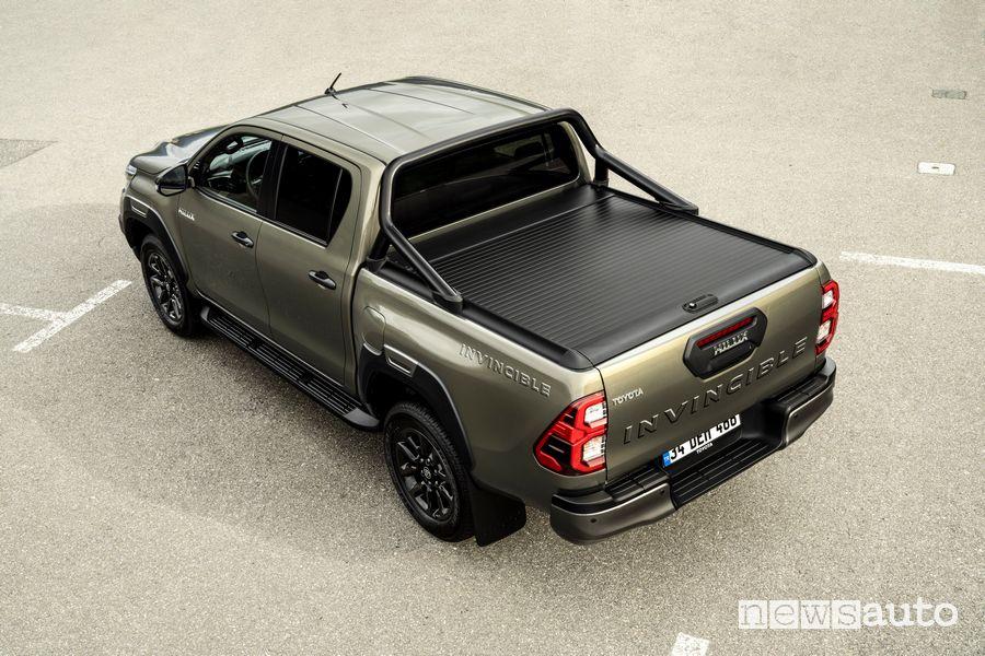 Vista posteriore Toyota Hilux Invincibile pick-up cassone chiuso