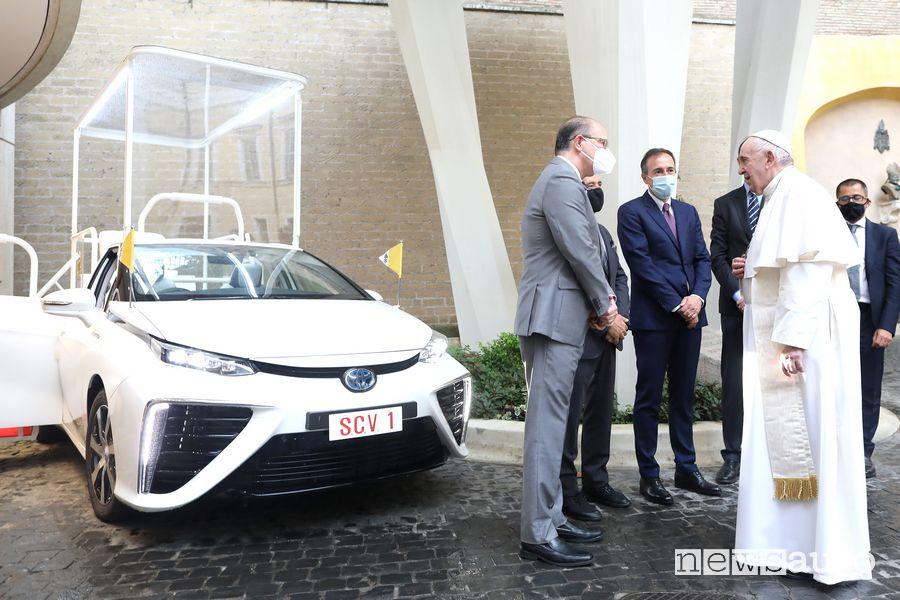 Vertici Toyota nelle cerimonia di consegna della Toyota Mirai Papamobile per Papa Francesco