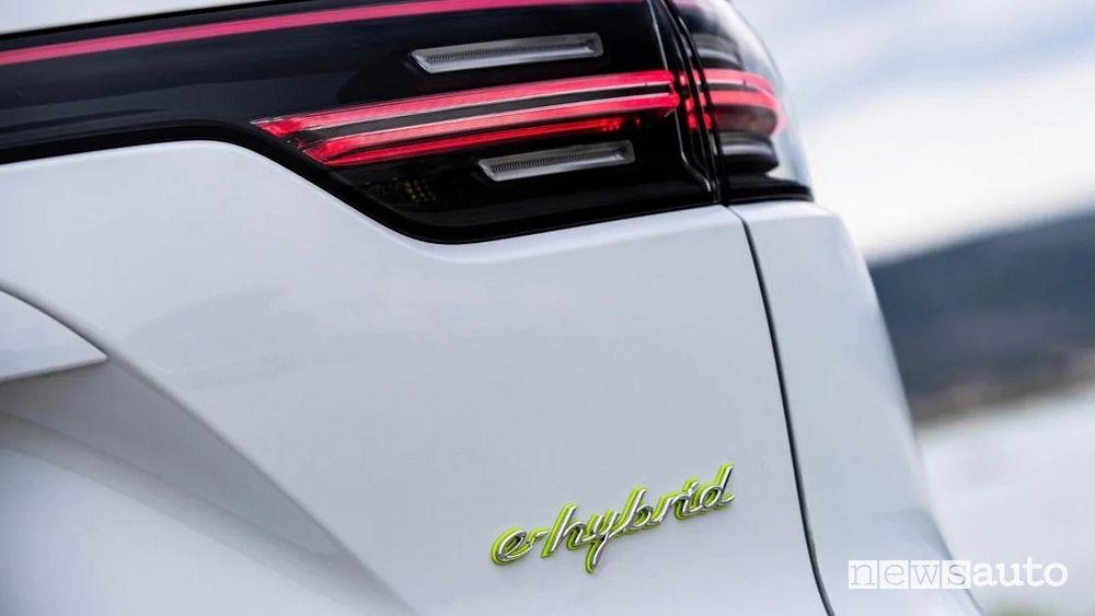 Logo e-Hybrid sul portellone posteriore del Porsche Cayenne PHEV