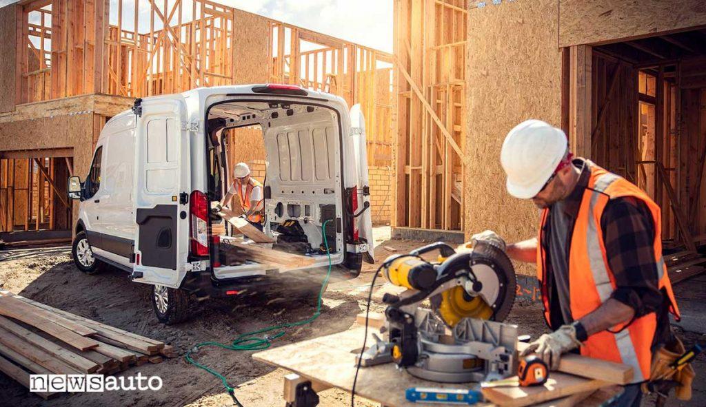 Ford E-Transit allestimento furgone in cantiere