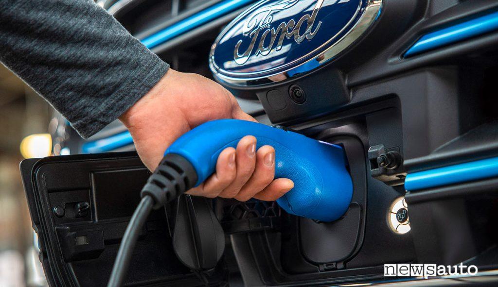 Presa di ricarica del Ford E-Transit furgone 100% elettrico