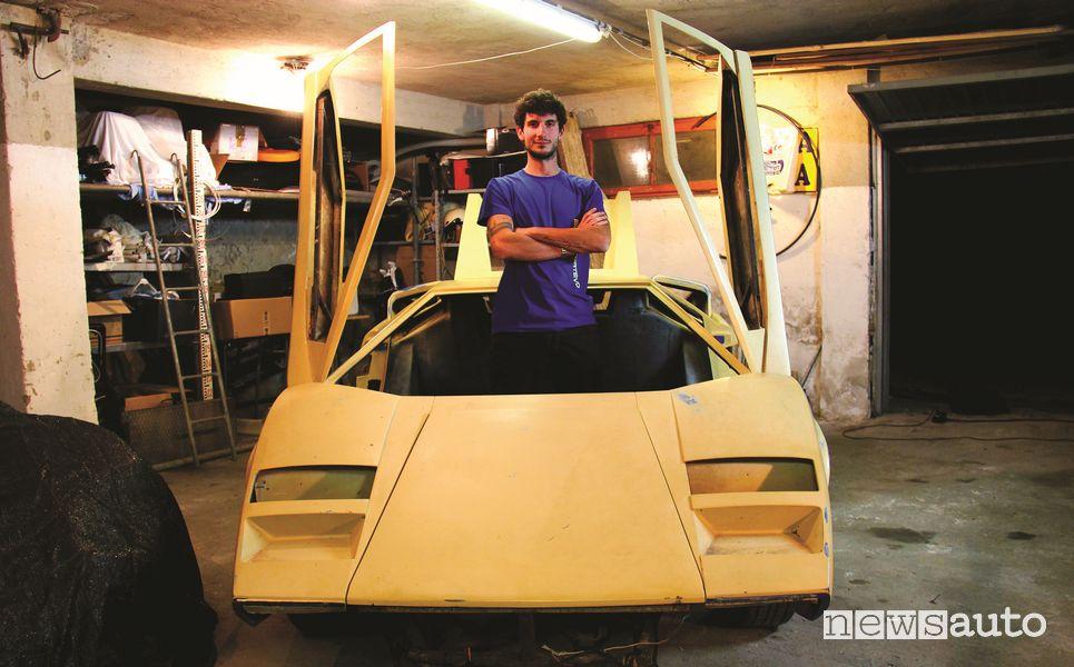 Davide Cironi nella scocca della replica della Lamborghini Countach