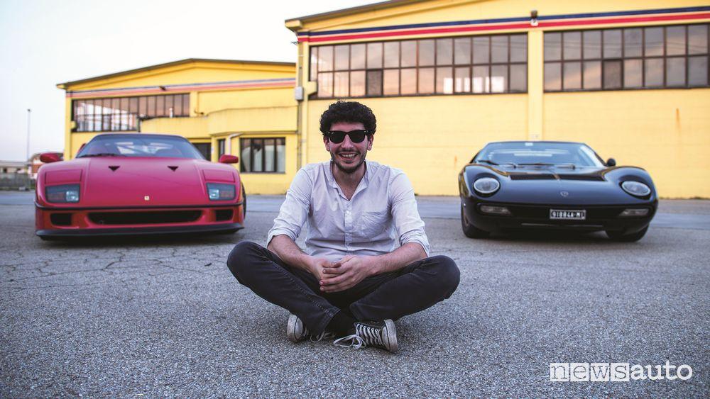 Davide Cironi fra la Ferrari F40 e la Lamborghini Miura