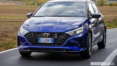 Vista di profilo nuova Hyundai i20 su strada