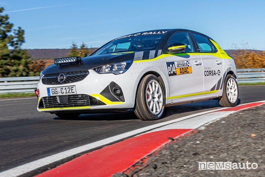 Vista di profilo Opel Corsa-e Rally test in pista inserimento in curva