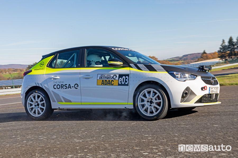 Vista di profilo Opel Corsa-e Rally test in pista