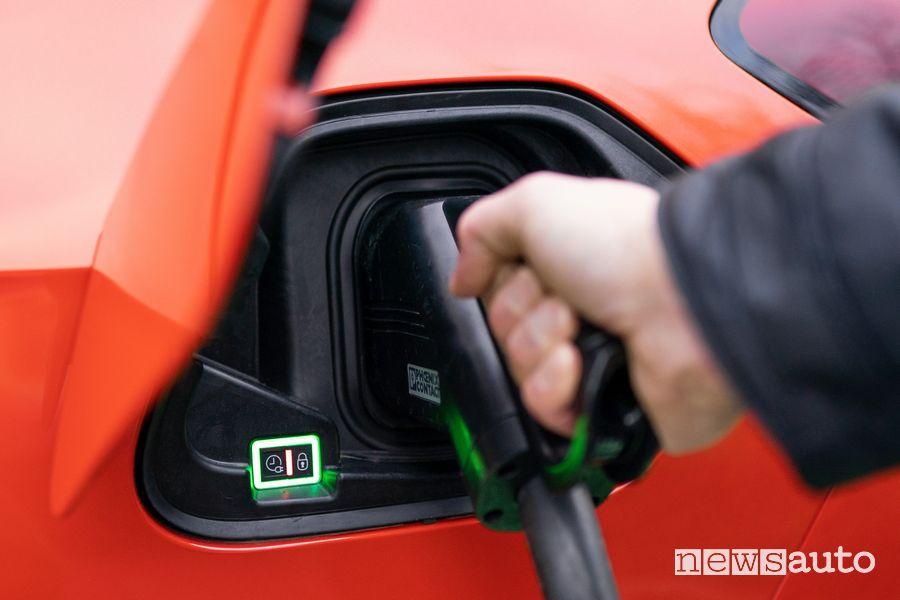 Le Corsa-e delle Poste per la ricarica hanno in dotazione il cavo per la ricarica fino a 22 kW