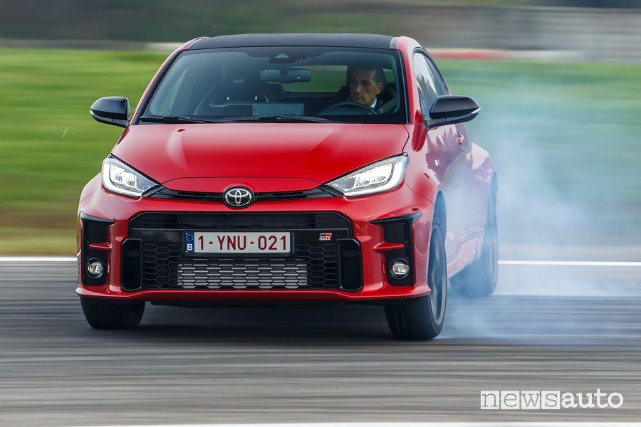 Toyota GR Yaris rossa in derapata in pista