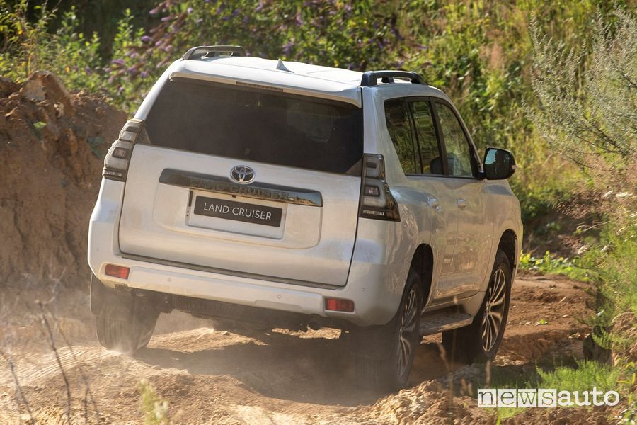 Vista posteriore Toyota Land Cruiser 2021 sullo sterrato