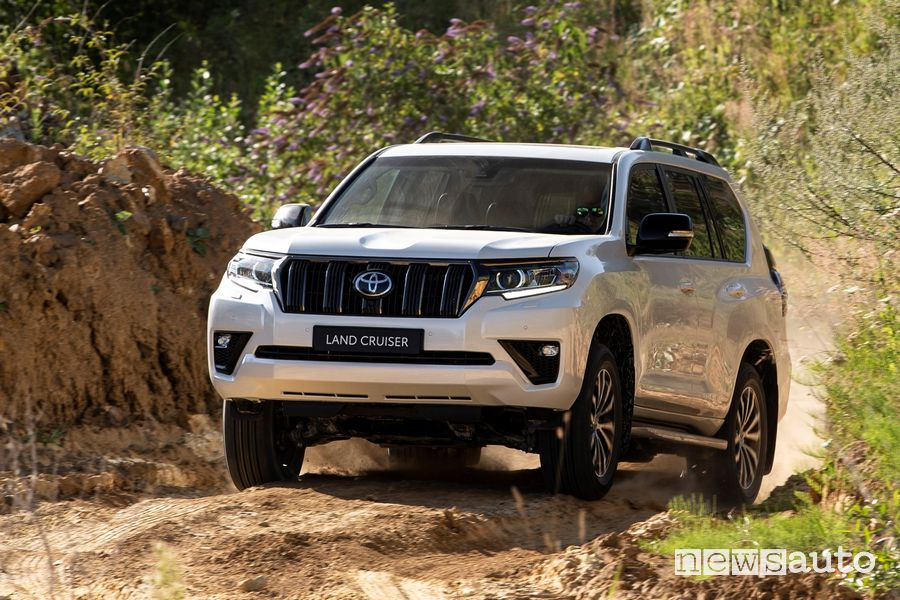 Vista anteriore Toyota Land Cruiser 2021 sullo sterrato