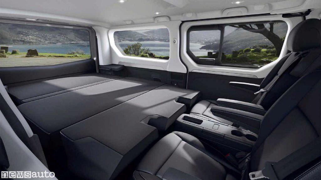 Altra vista degli interni con i sedili posteriori ribaltabili per formare un divano o un letto