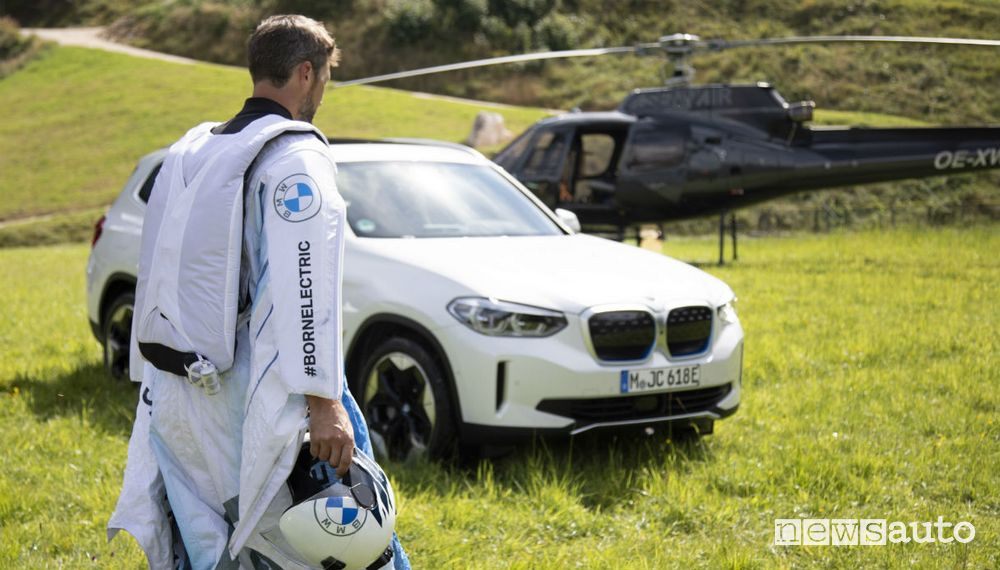BMW vuole scioccare con l'elettrico ed elettrifica la tuta alare!