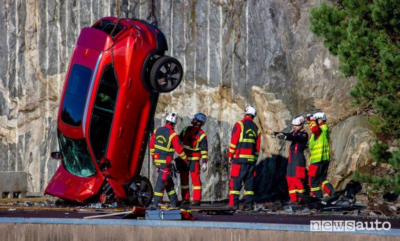 Crash test Volvo, auto nuove giù da una gru alta 30 metri