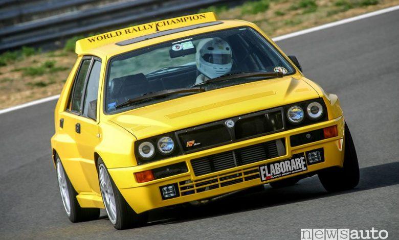 Vista anteriore Lancia Delta Integrale gialla provata in pista da Elaborare