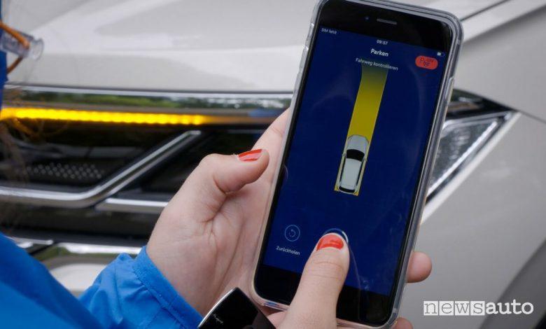 Parcheggio automatico, la VW Touareg si parcheggia con lo smartphone