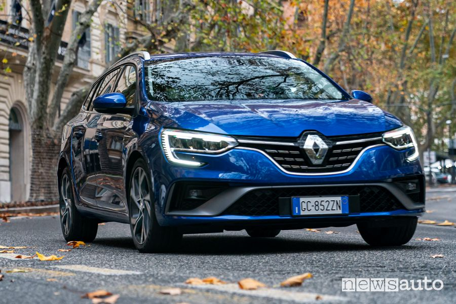 Vista anteriore Renault Mégane E-Tech Plug-In su strada a Roma