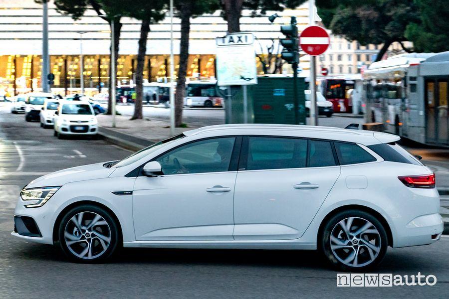 Vista laterale Renault Mégane E-Tech Plug-In su strada a Roma