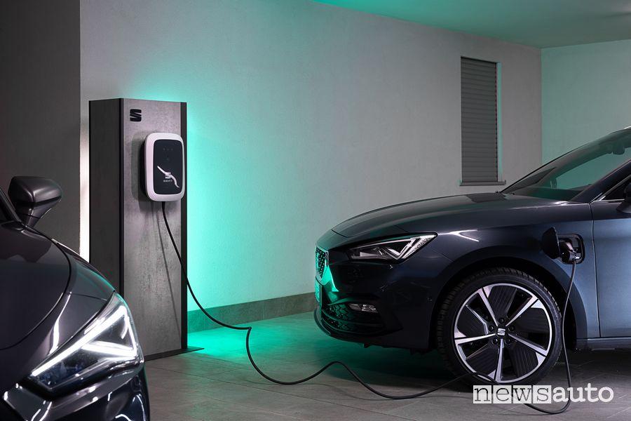 Seat Leon e-Hybrid in ricarica da una wallbox
