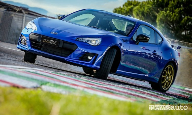 Vista anteriore Subaru BRZ Ultimate Edition in derapata