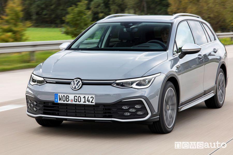 Vista anteriore Volkswagen Golf Alltrack su strada