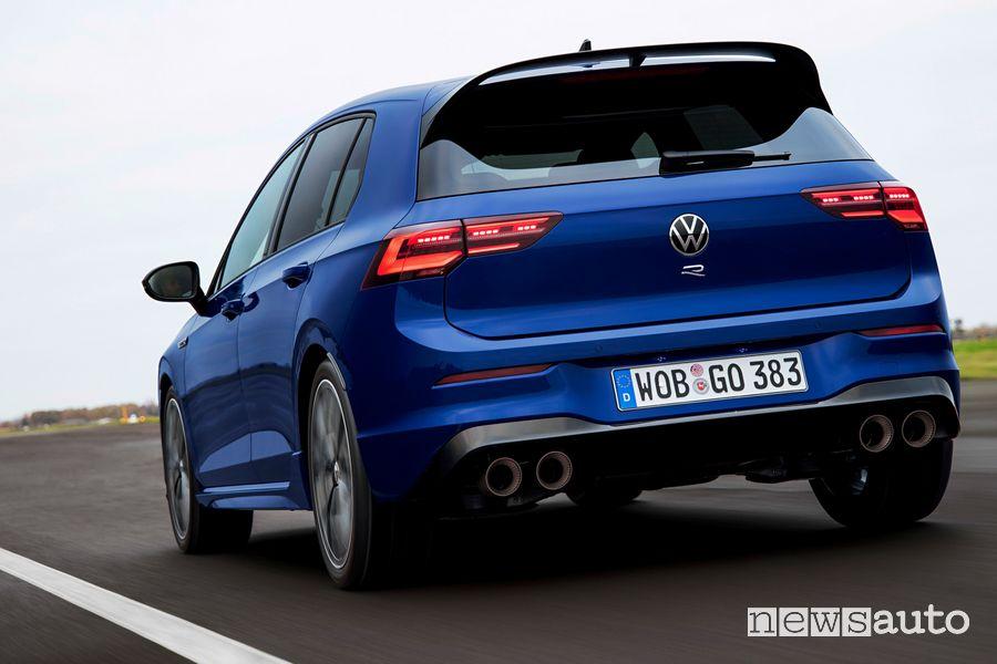 Vista posteriore nuova Volkswagen Golf R in pista