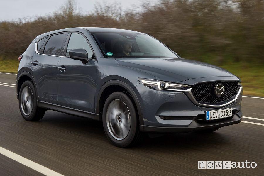 Vista di profilo Mazda CX-5 2021 Polymetal Grey su strada