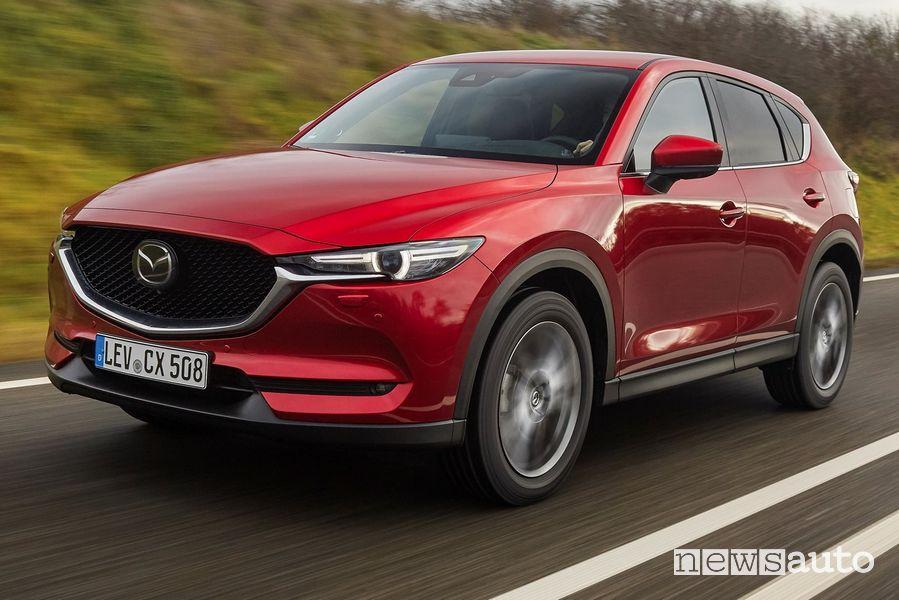 Vista di profilo Mazda CX-5 2021 Soul Red Crystal su strada