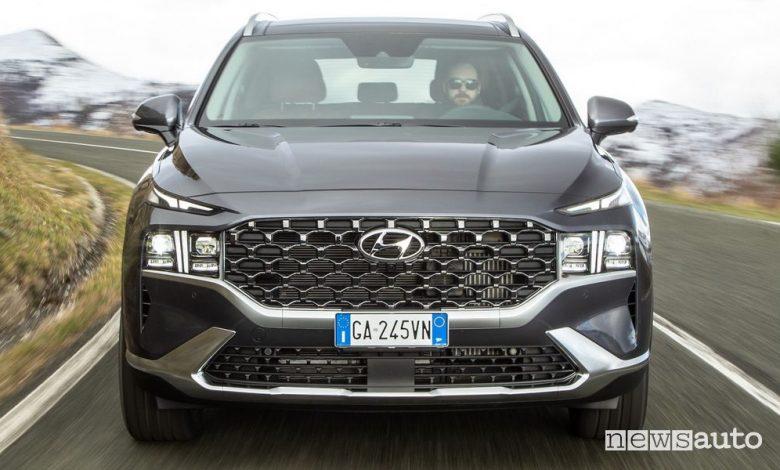 Frontale nuova Hyundai Santa Fe su strada
