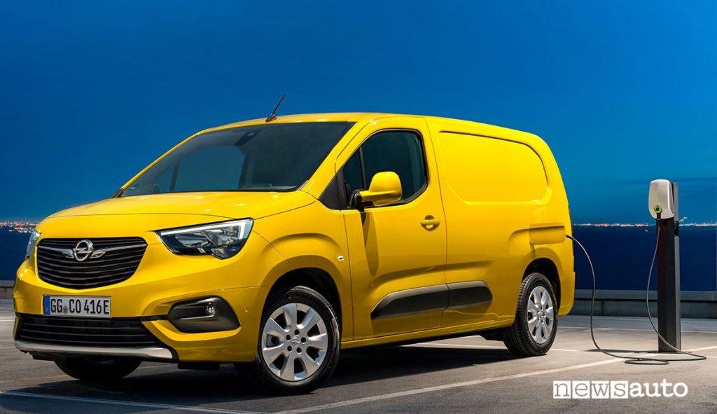 Furgone elettrico compatto Opel Combo-e con colonnina di ricarica pubblica