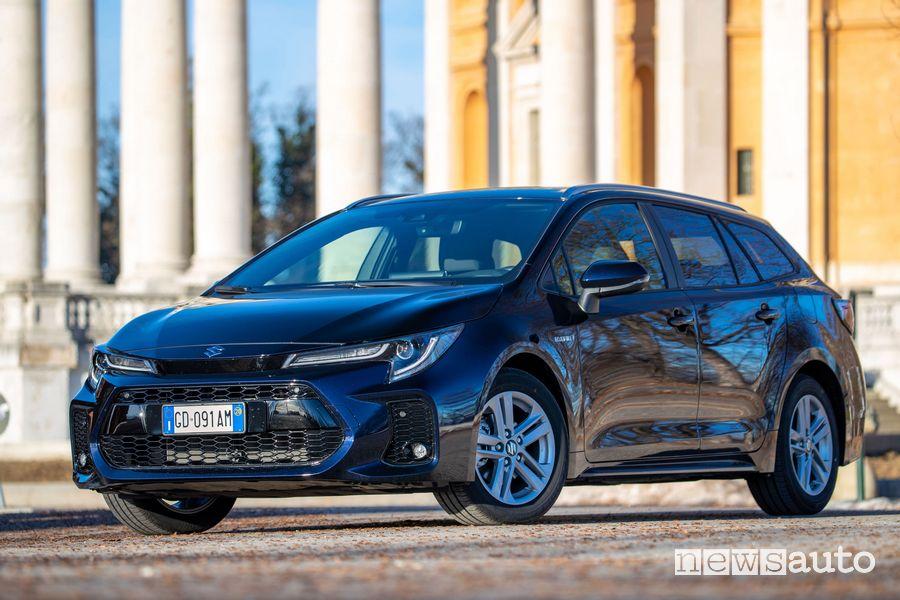 Vista di profilo Suzuki Swace Hybrid