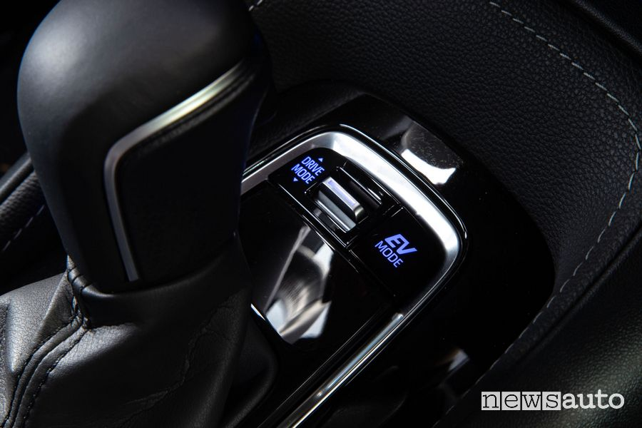 Selettore Drive Mode console centrale abitacolo Suzuki Swace Hybrid