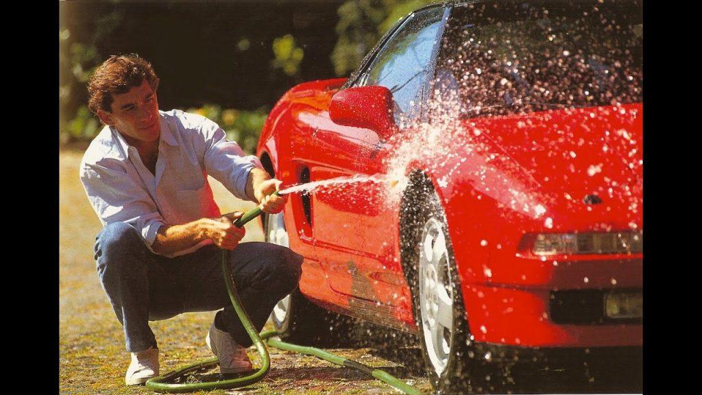 Ayrton Senna mentre lava una spettacolare NSX rossa