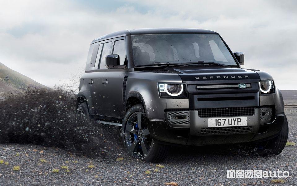 Land Rover Defender V8 Carpathian Edition sullo sterrato