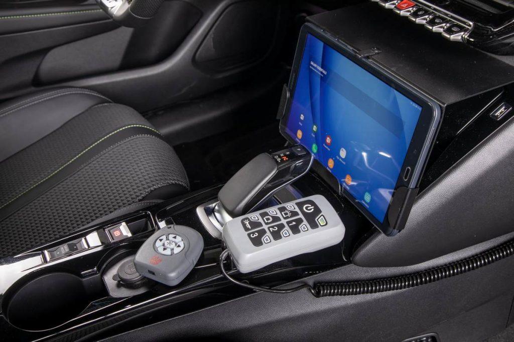 Comandi interni per gestire le luci e tablet nella Peugeot 208 elettrica della Guardia di Finanza
