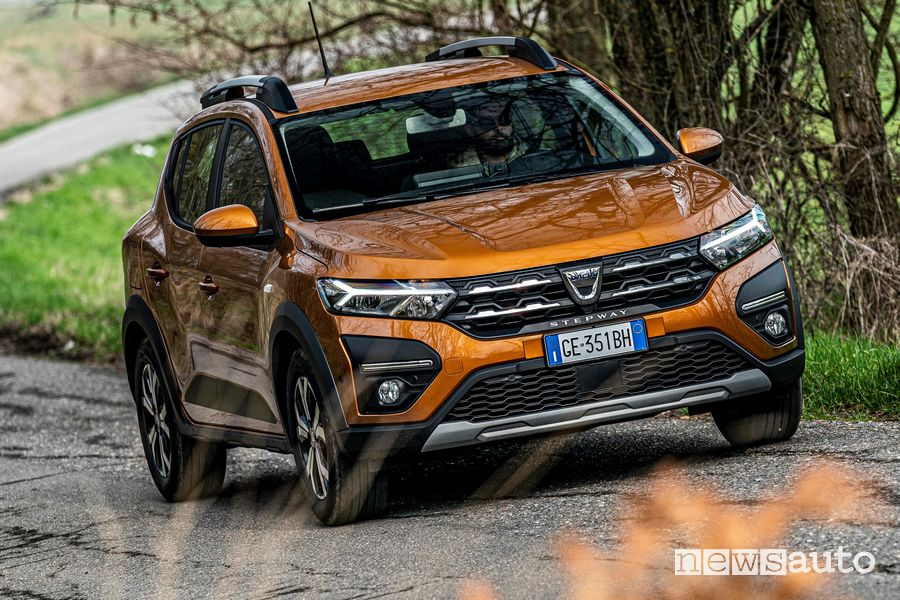 Vista anteriore nuova Dacia Sandero Stepway in movimento