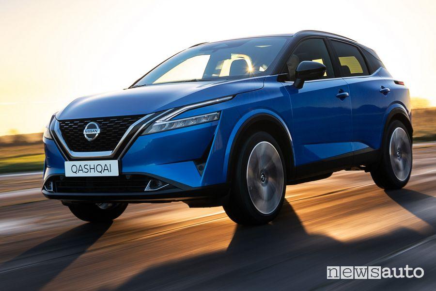 Vista di profilo nuovo Nissan Qashqai su strada