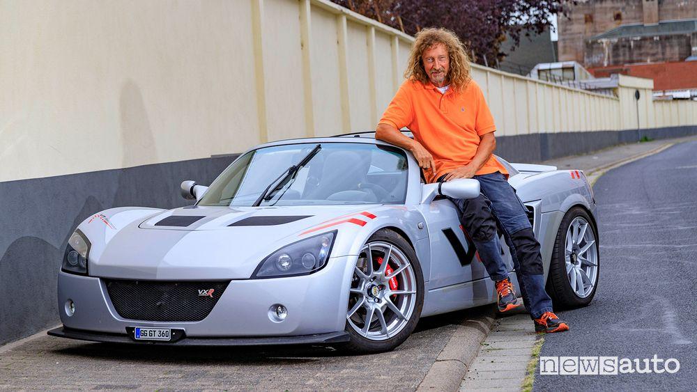 L'appassionato Kurt Hesse insieme alla sua Opel Speedster