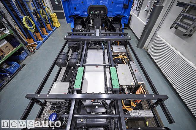 Telaio camion elettrico Mercedes eActros con diversa disposizione di batterie e parte elettrica di potenza
