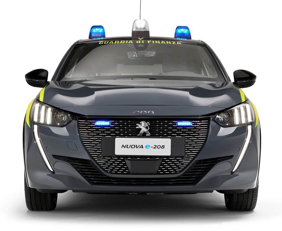 Il frontale della Peugeot e208 della Guardia di Finanza