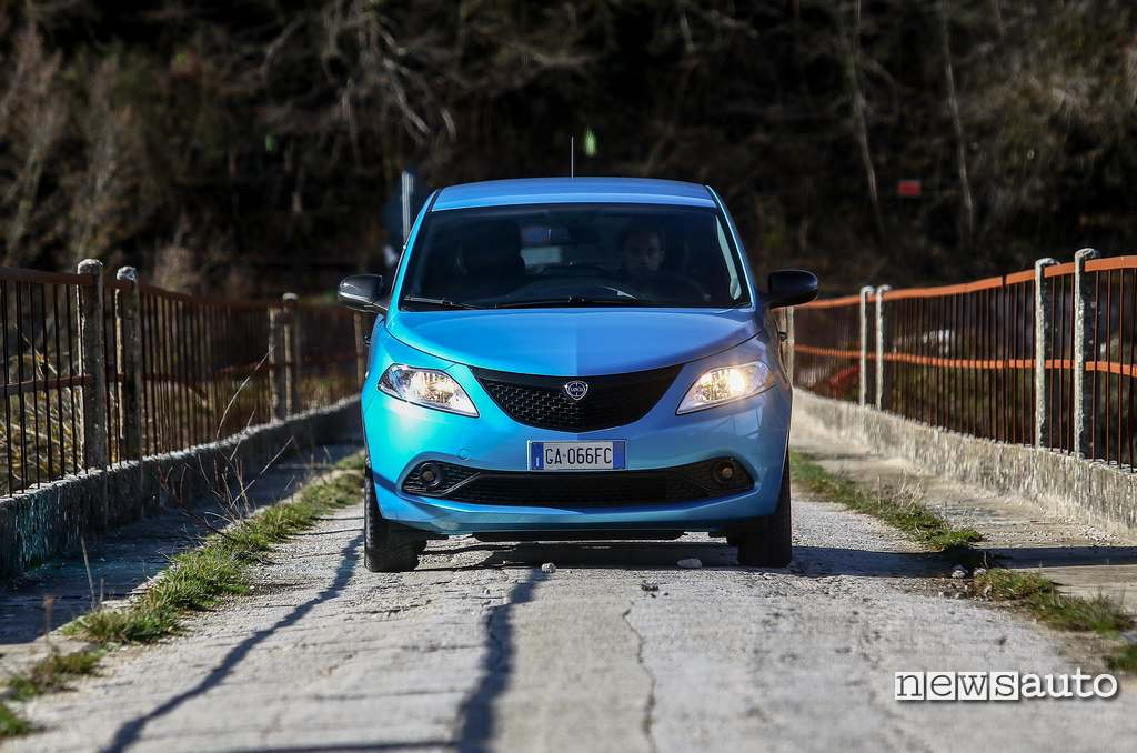 vista anteriore Lancia Ypsilon Hybrid sul ponte di Ascrea