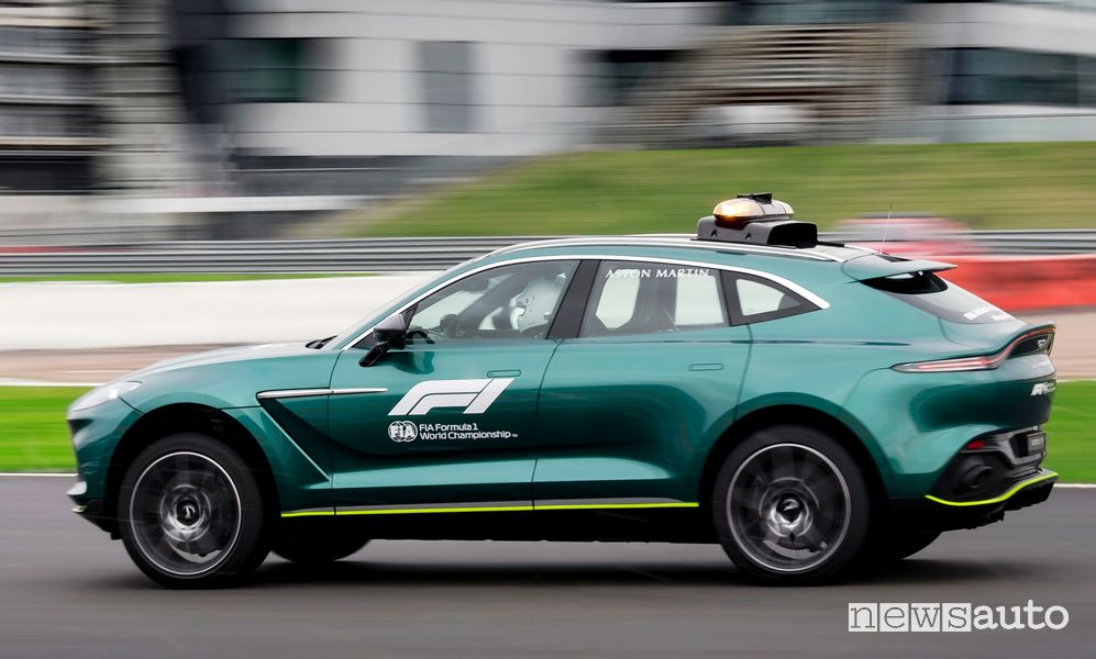 Vista laterale Aston Martin DBX medical car F1 in pista