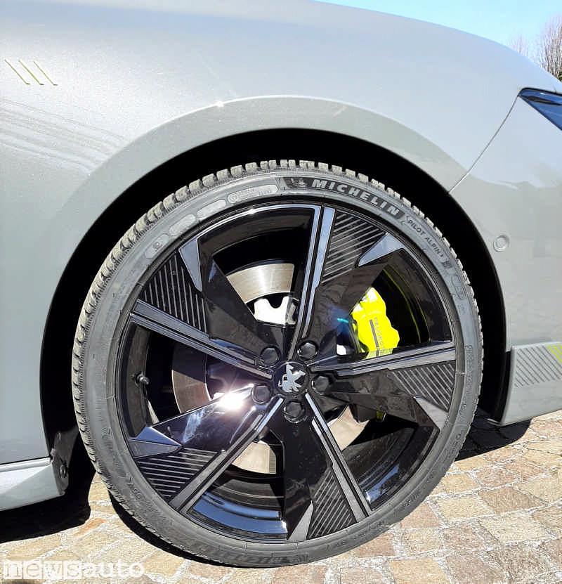 La ruota da 20 pollici della 508 Sport con pneumatico Michelin Pilot Alpin 5 245/35 R20