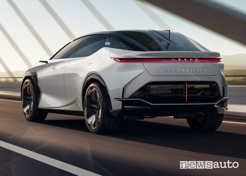 Vista posteriore Lexus concept LF-Z Electrified in movimento