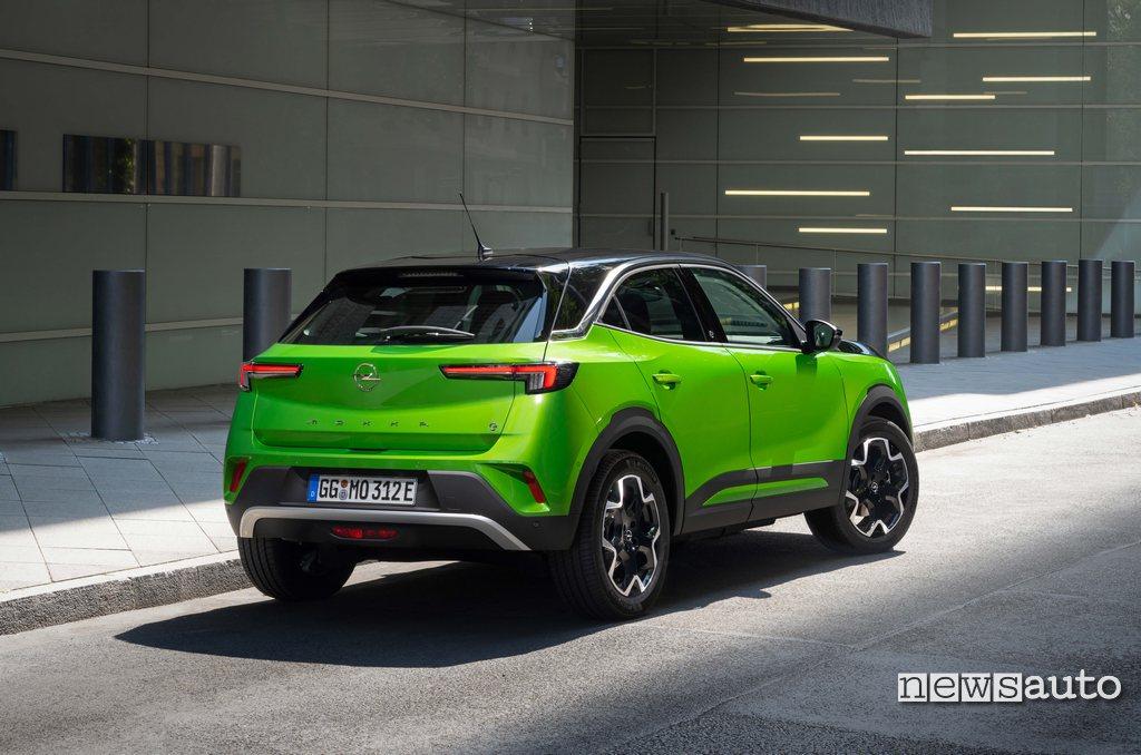 Posteriore Opel Mokka-e colore Mamba Green