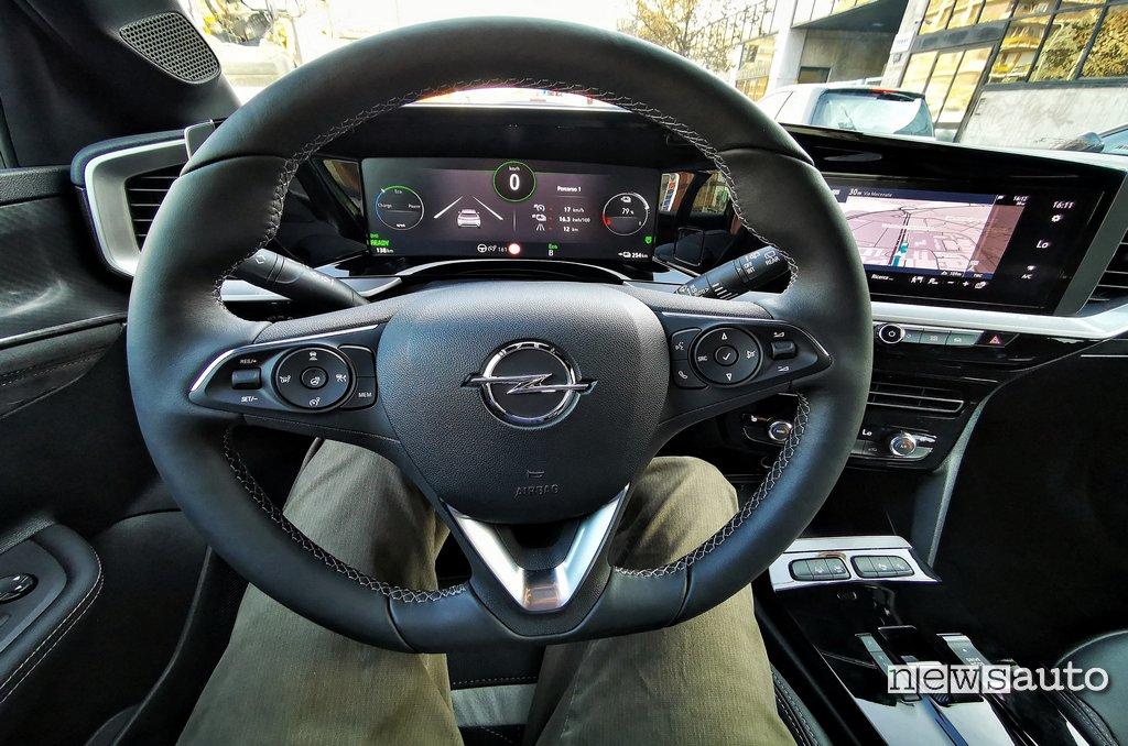 Volante Opel Mokka-e e strumentazione digitale di serie